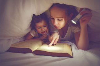 Mutter liesst Buch mit Kind