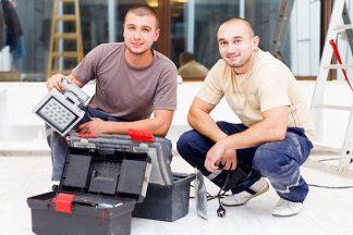 Handwerker mit Arbeitsleuchte