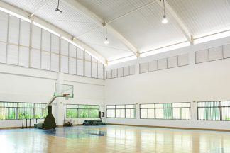 Beleuchtete Basketball-Halle