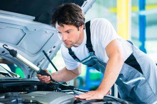 Mechaniker in der Werkstatt