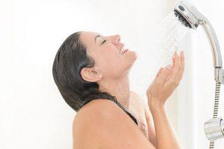 Frau duscht im Bad