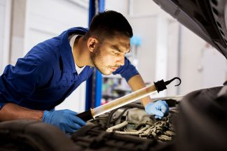 Mechaniker mit Handlampe
