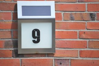 Hausnummer mit Solarbeleuchtung