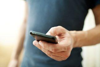 Mann mit seinem Smartphone